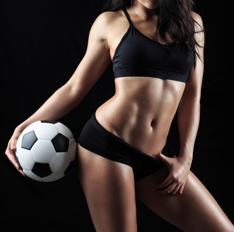 サッカーボールと美女